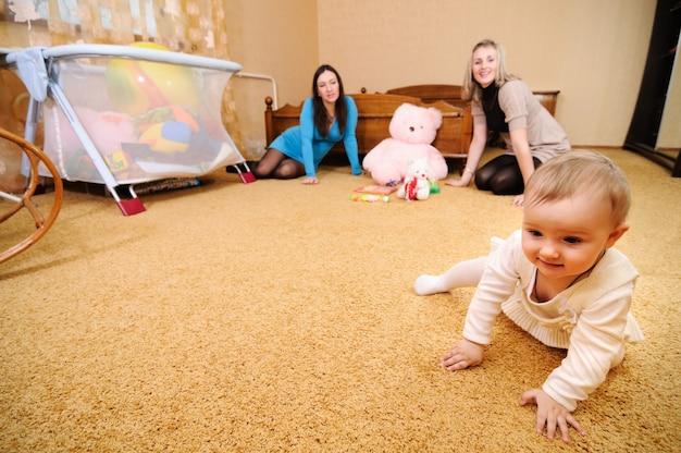 La bambina striscia sul pavimento nel soggiorno