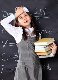 La bambina decide di equazioni matematiche.