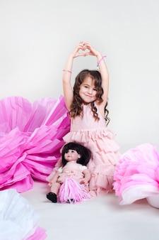 Bambina che dimostra cuore a mano Foto Premium