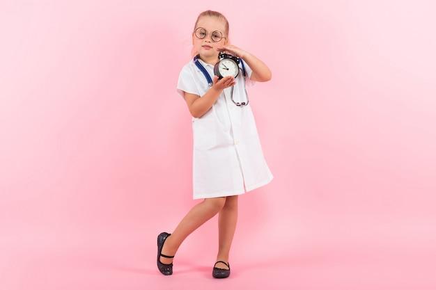 Bambina in costume da medico con orologi