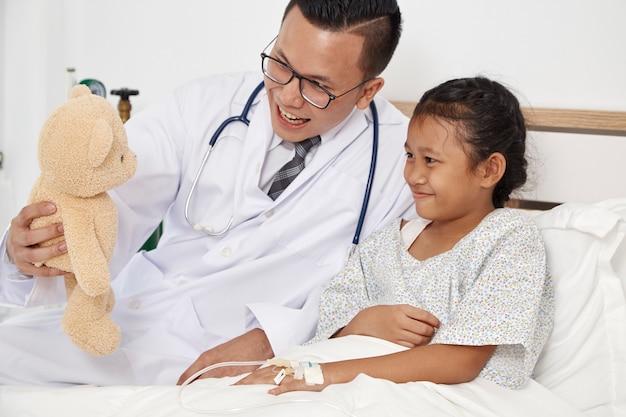 Bambina e medico in ospedale