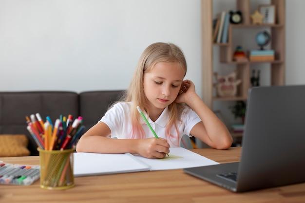 Bambina che fa lezioni online