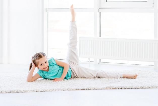 Bambina che fa allenamento