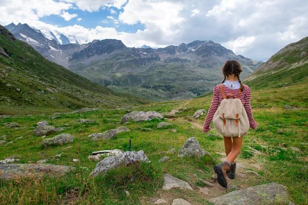 Bambina durante un campeggio estivo per bambini in montagna