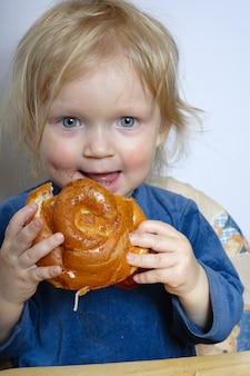 Bambina che mangia un panino