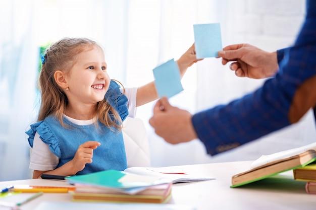 Bambina impegnata nelle lezioni con l'insegnante a casa
