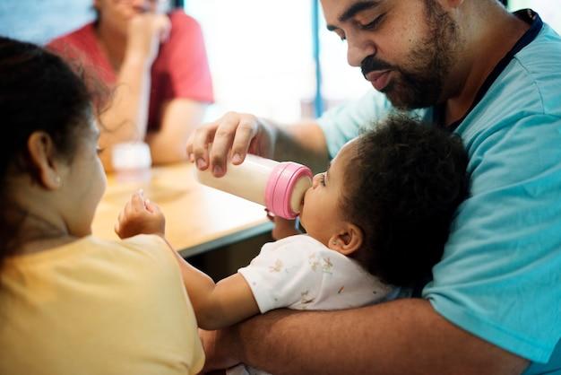 Bambina che si alimenta dalla bottiglia di formula