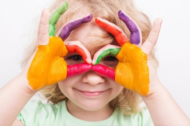 Mani di bambina dipinte con colori colorati