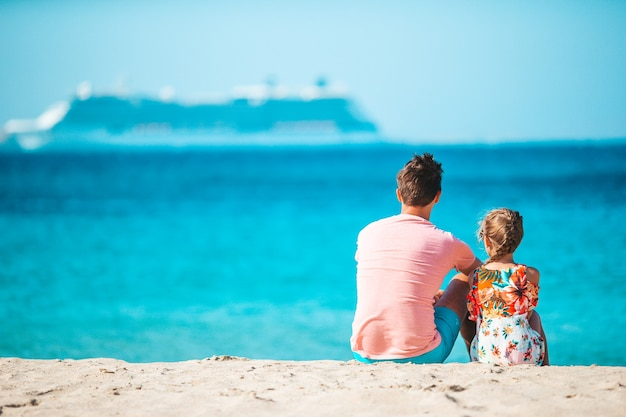 Bambina e papà felice che hanno divertimento durante la vacanza al mare