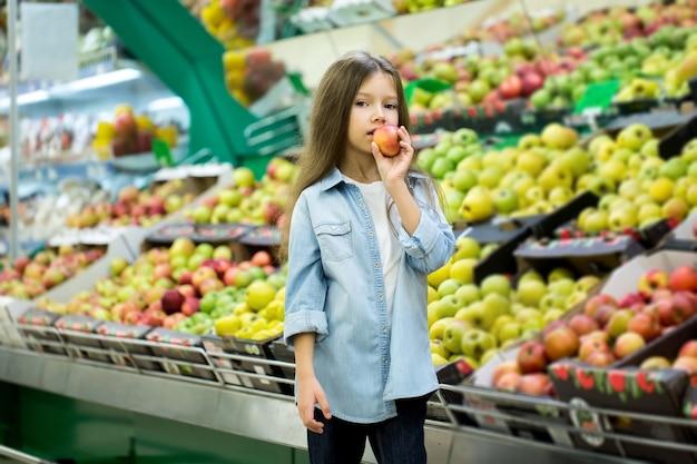 Bambina che tiene una mela