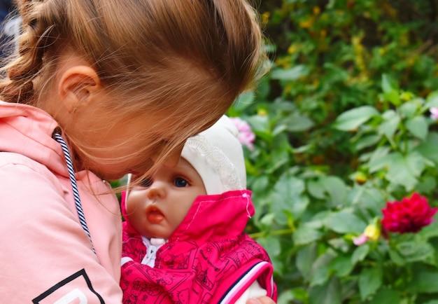 Bambina che tiene una bamboletta