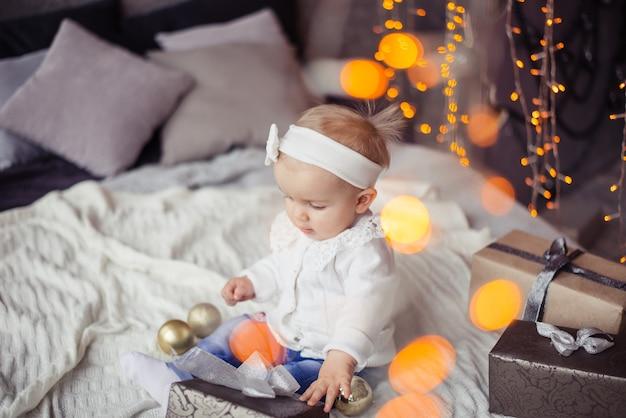 Bambina che tiene un regalo di natale