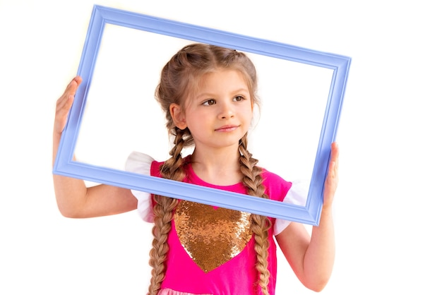 Bambina che tiene una cornice per foto.