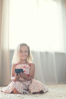 Bambina a casa con smartphone