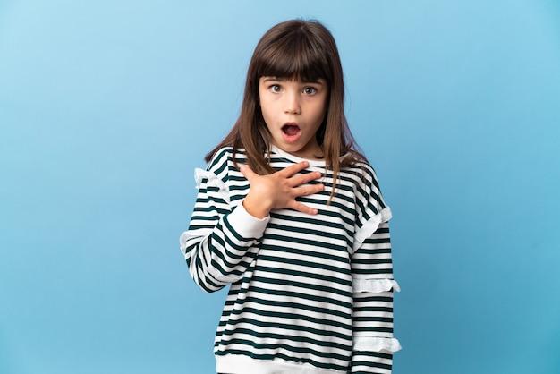 Bambina su sfondo isolato sorpreso e scioccato mentre guarda a destra