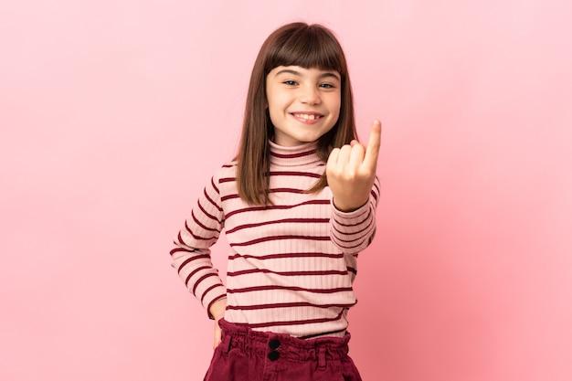 Bambina isolata su sfondo rosa che fa un gesto imminente