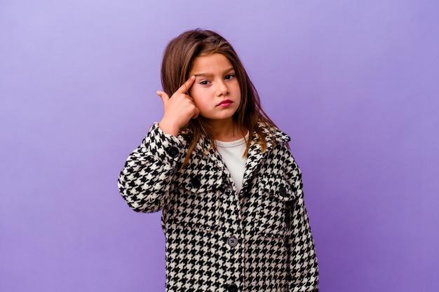 Bambina isolata sul muro viola bambina isolata sul muro viola che mostra un gesto di delusione con l'indice