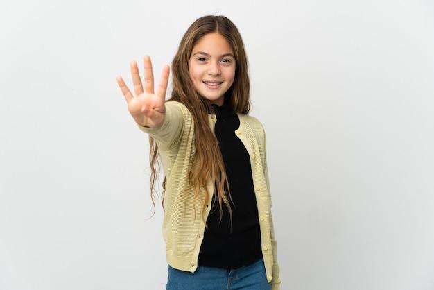 Bambina su sfondo bianco isolato felice e contando quattro con le dita