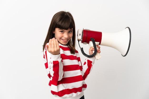 Bambina isolata su sfondo bianco che tiene un megafono e invita a venire con la mano