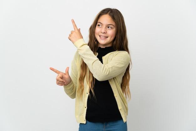 Bambina sopra fondo bianco isolato che indica con il dito indice una grande idea