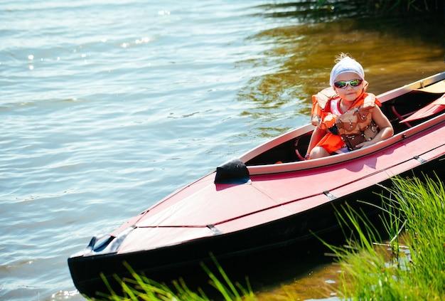 Bambina in kayak. vacanza in famiglia.
