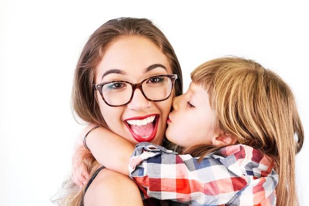 Bacio della bambina ed enorme la sua sorella maggiore