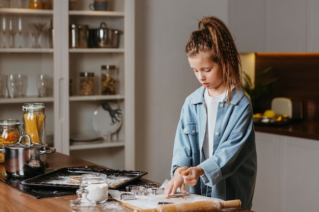 Bambina in cucina a fare i biscotti