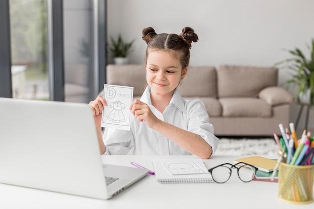 Bambina che impara l'alfabeto