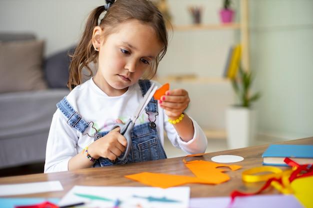 Bambina che impara a creare