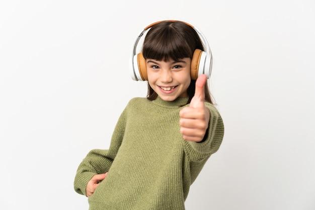 Musica d'ascolto della bambina con un cellulare isolato