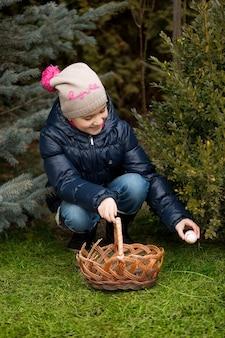 Bambina che cerca le uova di pasqua in cortile