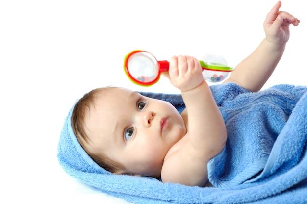 Bambina sdraiata e giocando con il sonaglio