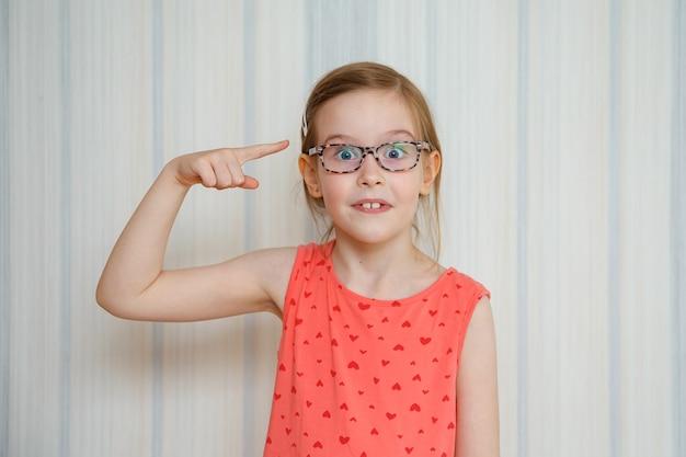La bambina fa il gesto alza il dito con un piano creativo si sente eccitato con una buona idea