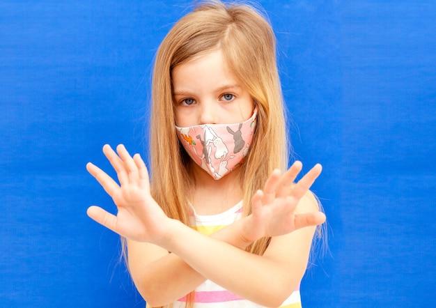 Bambina in una maschera medica. profilassi con maschere per ridurre la diffusione dei focolai di coronavirus (covid-19)