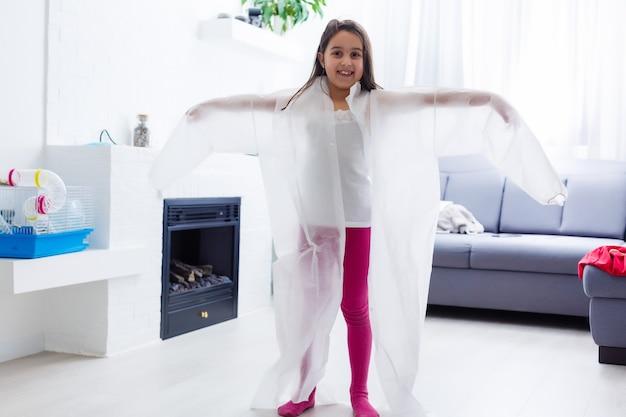 Bambina in tuta medica sogna dal dottore e gioca a casa