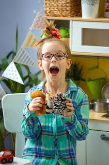 Bambina dall'aspetto originale con gli occhiali che urla