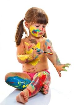 Bambina dipinto con pennello e vernici colorate