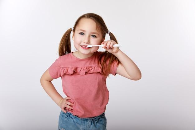 Bambina che esegue la routine quotidiana di lavarsi i denti