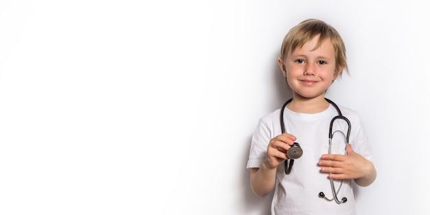 Bambina che gioca medico con lo stetoscopio