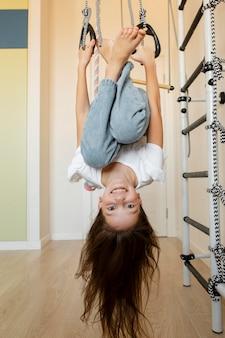 Bambina che gioca in casa