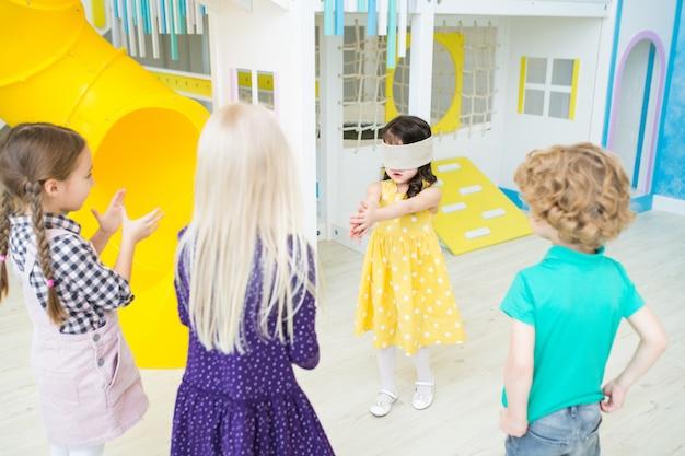 Bambina che gioca etichetta bendata