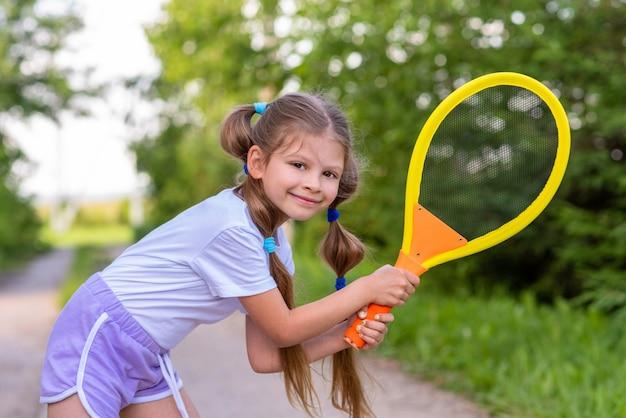 Bambina che gioca a tennis