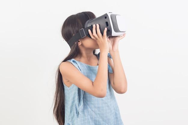 Bambina che gioca ai videogiochi su occhiali per realtà virtuale