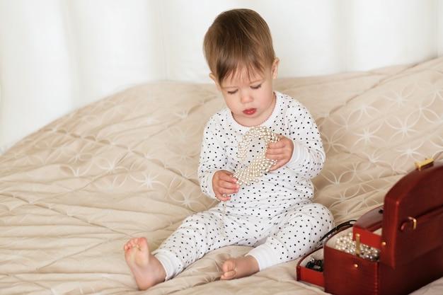 Bambina che gioca con gli accessori