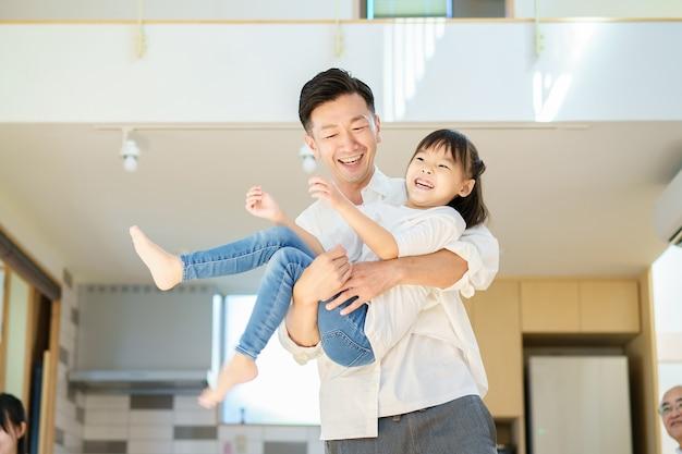Bambina che gioca con papà in camera