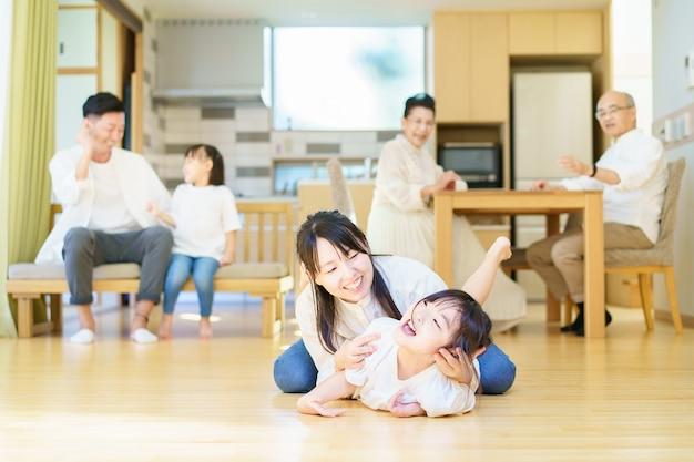 Bambina che gioca con la mamma in camera