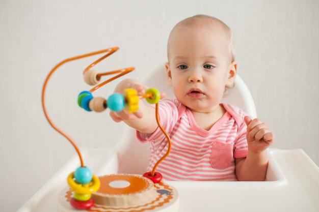 Bambina gioca con un labirinto educativo giocattolo. sviluppo di capacità motorie fini e logiche
