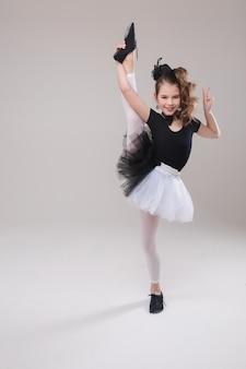 Bambina che propone con il suo vantaggio in costume di dancing.