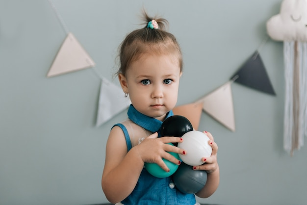 Una bambina in età prescolare che gioca