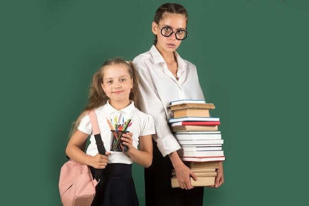 Bambina nella scuola privata, allievo e studentessa adolescente
